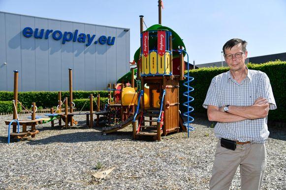 Zaakvoerder Guido Valcke reist zelf naar Irak om de speeltuigen te plaatsen.