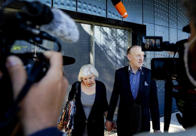 Nabestaanden Evert van Zijtveld en zijn partner arriveren bij het Justitieel Complex Schiphol waar de inhoudelijke behandeling begint van de strafzaak. De nabestaanden hebben in september spreekrecht. Beeld ANP