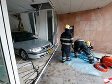 Auto achteruit door etalage van Rabobank in Waalre; geen gewonden