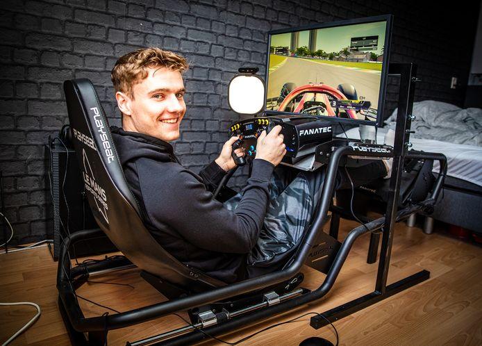 's-Gravendeler Jarno Opmeer behaalde de wereldtitel in het virtueel F1-racen op zijn simulator in zijn eigen kamer.