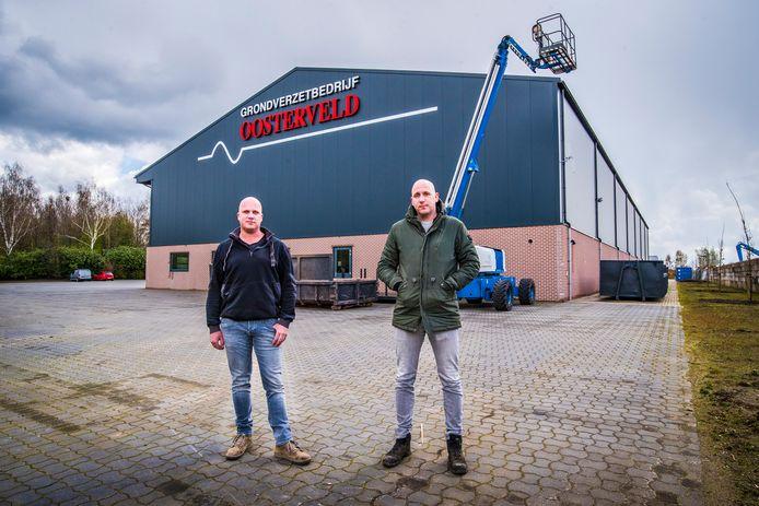 Tom en Frank (rechts) Oosterveld bij hun grondverzetbedrijf aan Breesegge. 'We hebben altijd hier onze toekomst gezien'