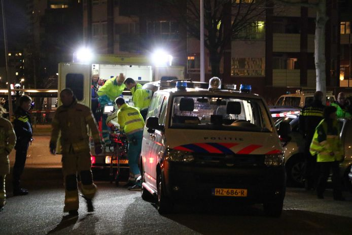 2018-02-15 00:22:21 ROTTERDAM - Hulpdiensten na een steekincident op de Mombassaplaats in Rotterdam, waar een zwaargewonde man is aangetroffen. ANP GINOPRESS