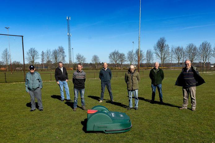 Vrijwilligers met de robotmaaier op sportpark Hooge Mierde (v.l.n.r.) Kees van Gool, Toon van Limpt, Jan Peijs, Jan Staal, Frans Verspaandonk, Frans Paridaans en Ad Lepelaars.