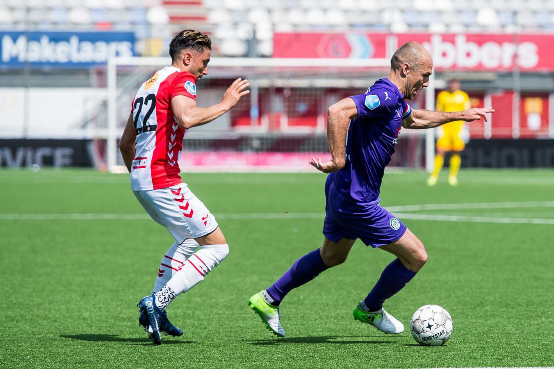 Caner Cavlan zit Arjen Robben op de hielen.
