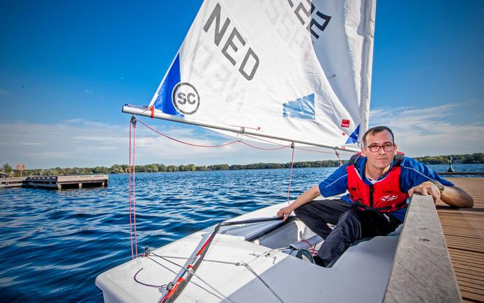 Joost Vial (40) in zijn zeilboot op de Kralingse Plas. Binnenkort zal Marit Bouwmeester tegen Vial zeilen voor Play Unified.
