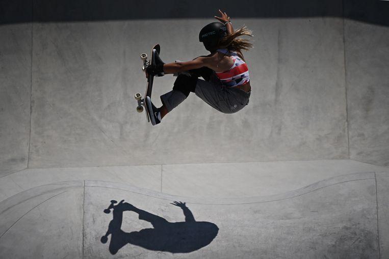 De Britse Sky Brown toont haar skateboardkunsten in het Ariake Sports Park in Tokio. Beeld AFP