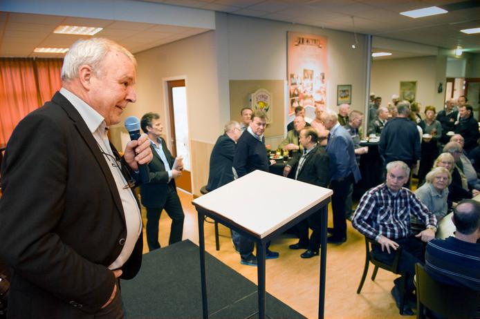Jos van Son bij de receptie van de 100-jarige postduivenvereniging De Zwaluw.