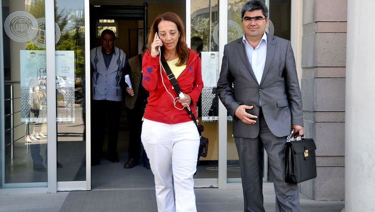 Ebru Umar wandelt zondag met haar advocaat het politiebureau van Kusadasi uit. Beeld anp