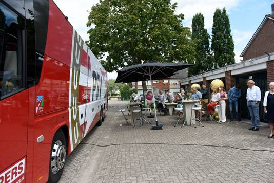 Jan en Mia Renders, vierden hun diamanten huwelijk, en werden voor PSV verrast met een lunch in de spelersbus.