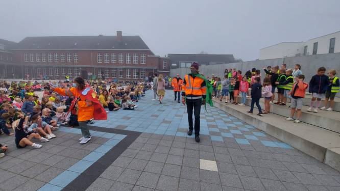 Centrumschool tovert speelplaats om tot verkeerspark en zet klaar-overs in de bloemetjes op Strapdag