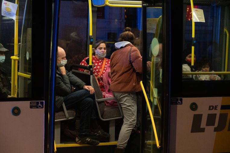 Honderd bewoners werden geëvacueerd na de gasexplosie in brasserie De Gouden Boon, op het kruispunt van de Schrijnwerkersstraat en de Minderbroedersstraat in Hasselt. Beeld Mine Dalemans