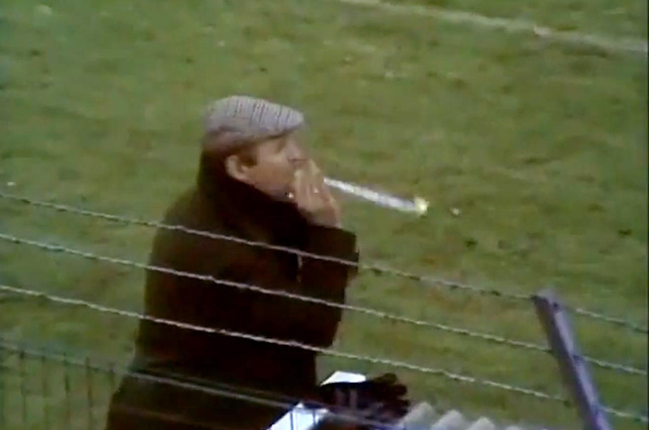 Barry Hughes blaast op een rolfluitje naar zijn collega George Kessler tijdens de wedstrijd tussen Haarlem en AZ'67.