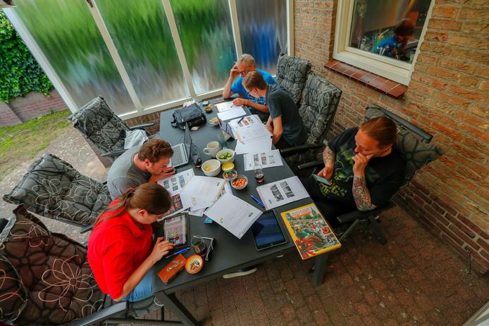 Team Graafschap buigt zich over de vragen van de Valkenswaardse Dorpsquiz.