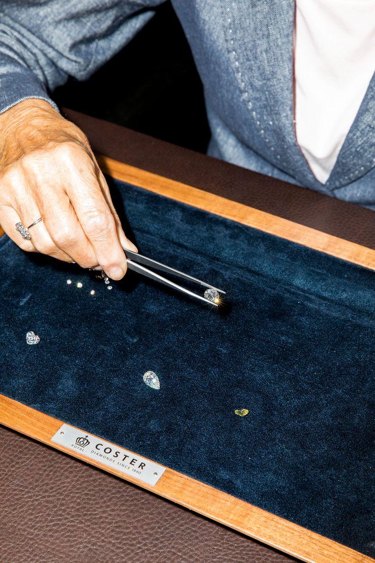 Annemieke Jansen heeft een 5 carat pearshape-steen tussen de pincet. Beeld Marie Wanders