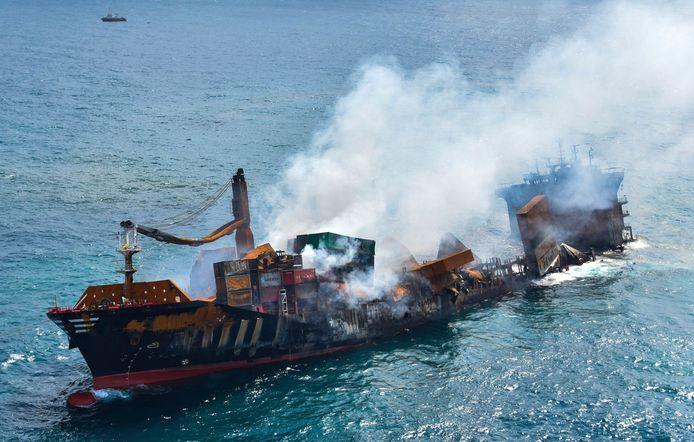 Cette photo fournie par l'armée de l'air sri-lankaise montre le naufrage du MV X-Press Pearl à Kapungoda où il est ancré au large du port de Colombo, au Sri Lanka, mercredi 2 juin 2021. Des experts en sauvetage tentaient de remorquer le porte-conteneurs incendié et chargé de produits chimiques vers les profondeurs de la mer alors que le navire commençait à couler mercredi. L'eau a submergé le pont arrière du MV X-Press Pearl un jour après que les pompiers aient éteint un incendie qui brûlait depuis 12 jours.