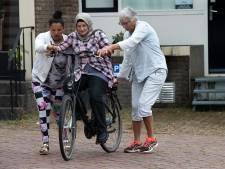 Statushouders krijgen fietsles in 's-Heerenberg: 'Je met volle vaart van de Zeddamseweg storten is geen goed idee'