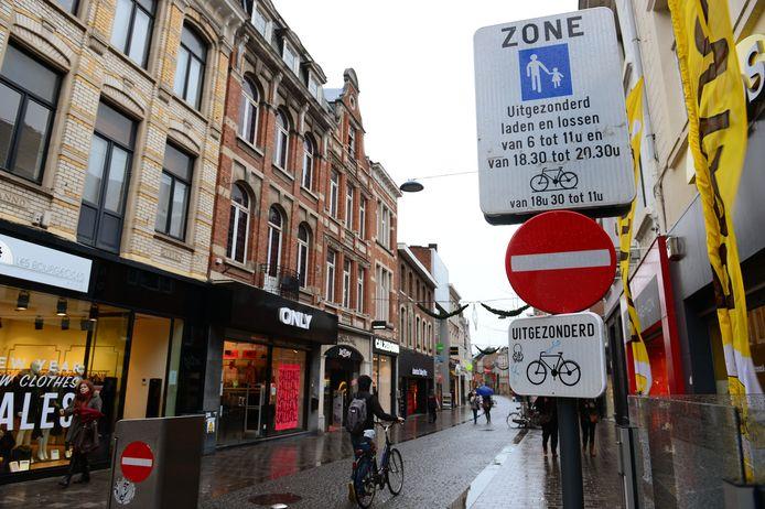 Heel wat fietsers begaan overtredingen door het verwarrende verkeersbord in de Diestsestraat.