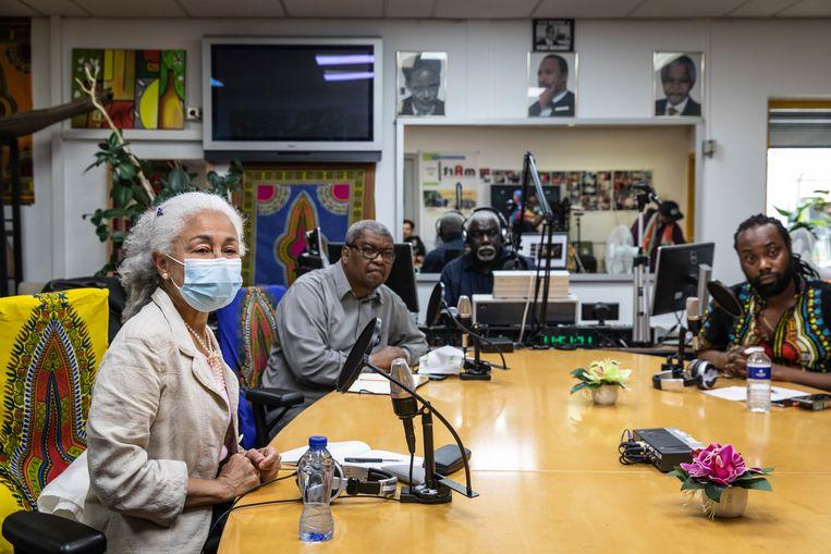 Aan tafel bij Radio Mart, vlnr: Patty Gomes, Jules Rijssen, radiohost Norman van Gom en Simion Blom.  Beeld Dingena Mol
