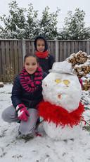 Ymke en Rens uit Gennep vermaken zich super in de sneeuw.