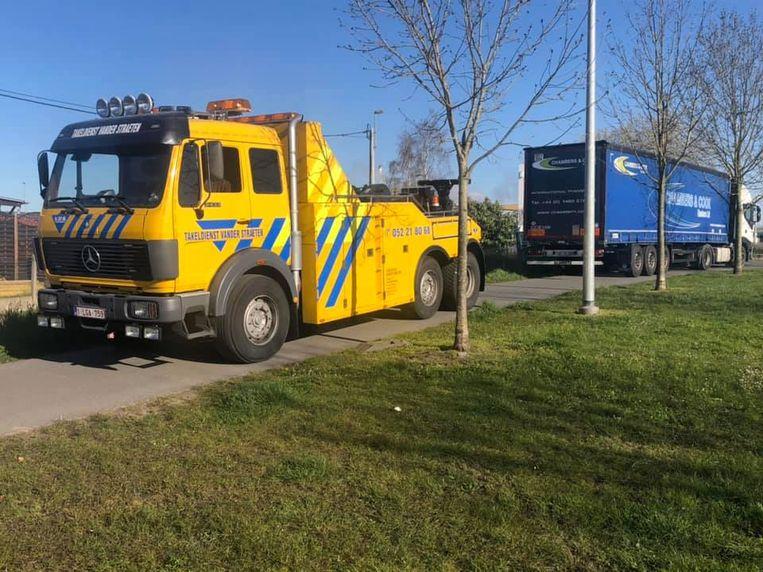 De vrachtwagen reed zich vast in de grond.