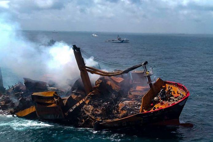 Cette photo prise et publiée par l'armée de l'air du Sri Lanka le 2 juin 2021 montre la fumée qui s'échappe du porte-conteneurs MV X-Press Pearl, immatriculé à Singapour, alors qu'il est remorqué depuis la côte de Colombo, suite à l'ordre du Président sri-lankais Gotabaya Rajapaksa de déplacer le navire vers des eaux plus profondes afin d'éviter une plus grande catastrophe environnementale.