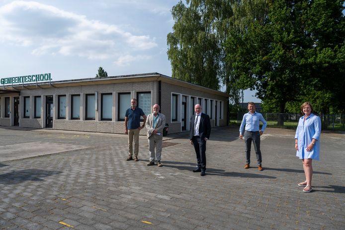Burgemeester Piet Buyse, schepen Leen Dierick hebben een akkoord met ORC-directeurs Vermeiren en Deblauwe en Mark De Block van Onderwijspatrimonium. Het oude schoolgebouw verdwijnt voor een nieuwbouw en de achterliggende groene zone wordt uitgebreid.