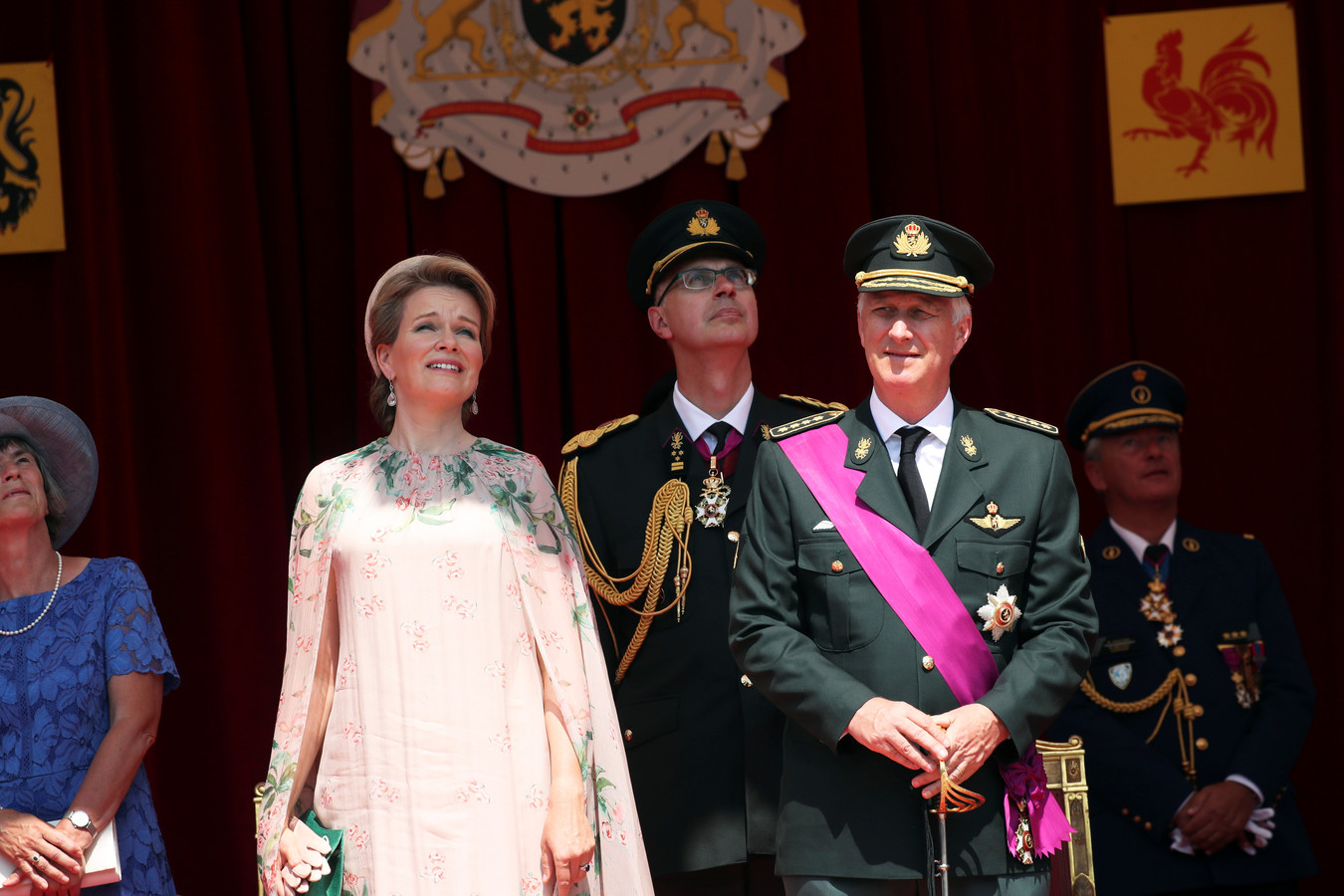 Le couple royal admire le défilé aérien.