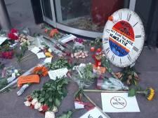 Protest tegen 1,5 meter afstand: demonstranten plaatsen grafzerk voor gemeentehuis