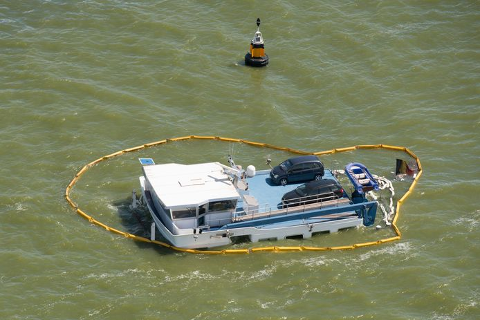 Luchtfoto van een Belgisch binnenvaartschip dat is gezonken op het IJsselmeer, een paar kilometer van Stavoren.