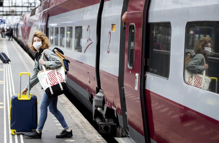 Een treinreiziger stapt net uit de hogesnelheidstrein van Thalys op het perron van station Amsterdam Centraal.  Beeld ANP, Sem van der Wal