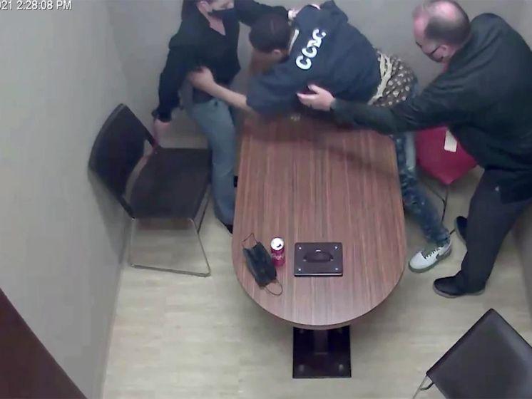 Un suspect se jette sur l'arme d'un policier dans une salle d'interrogatoire