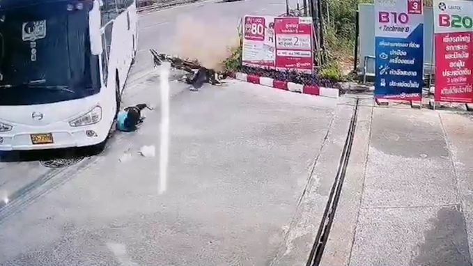 Vrouw valt van motorfiets onder bus. Als bij wonder is ze ongedeerd