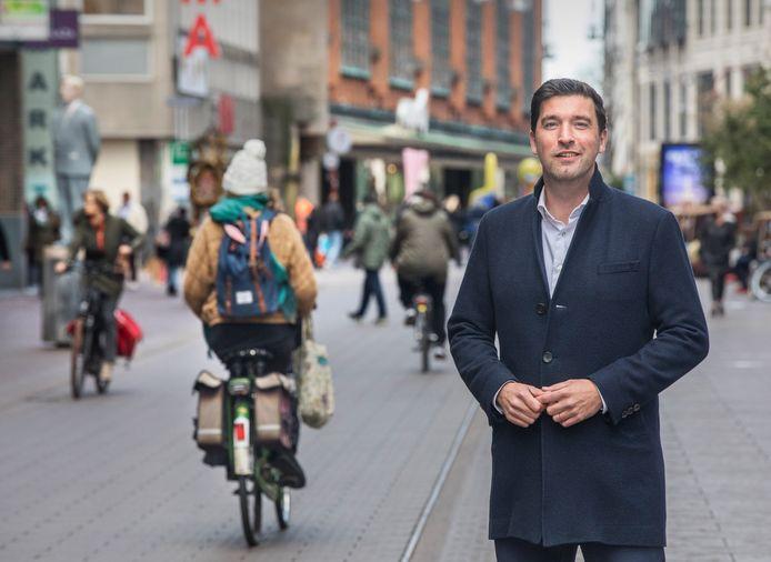 Wethouder Robert van Asten op de hoek Spui-Grote Marktstraat.