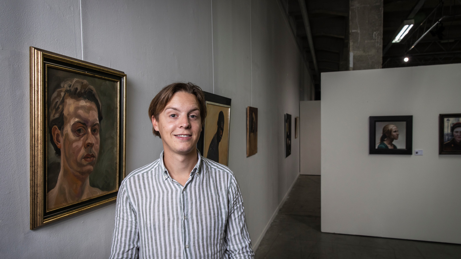 Jelle van de Ridder bij de 104 geselecteerde zelfportretten in Loods6 in Amsterdam.