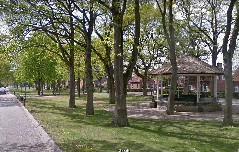 De muziektent in Nieuw-Dordrecht voor de restauratie, op een stuk grond waar de Dordtse veenmaatschappij een kanaal zou graven.