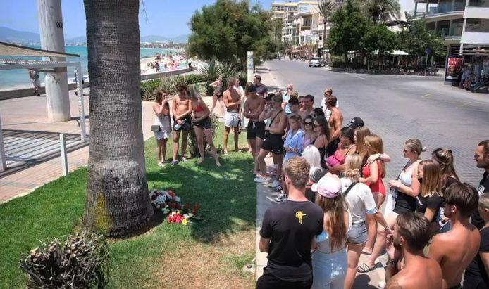 Jongeren leggen bloemen op Mallorca voor de overleden Carlo op de plek waar hij werd aangevallen.