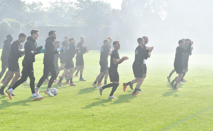 Spelers GA Eagles lopen in de rook.