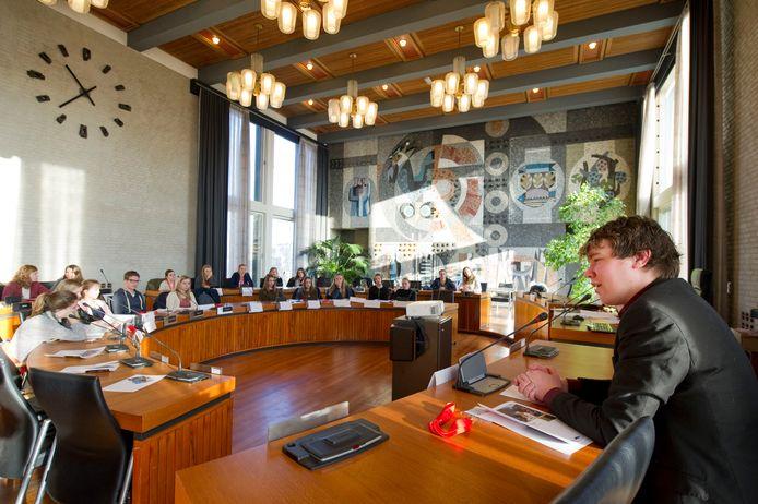 Leerlingen van het Montessori College speelden al eens een politiek spel in de raadszaal van Hengelo. SP-raadslid Hugo Koetsveld mocht  wethouder zijn. Een officiële jongerenraad ziet het gemeentebestuur van Hengelo niet zitten.