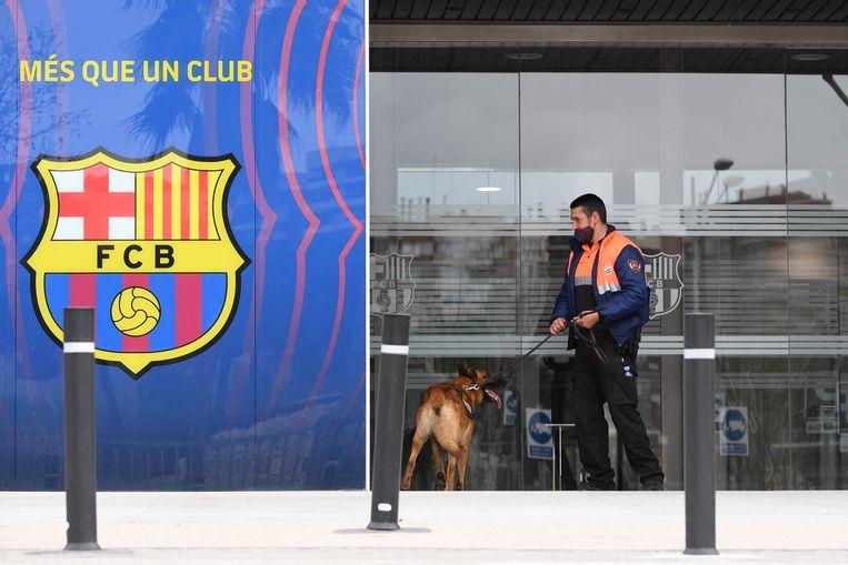 Een veiligheidsagent bewaakt de ingang van Camp Nou, het stadion van Barcelona. Beeld AFP