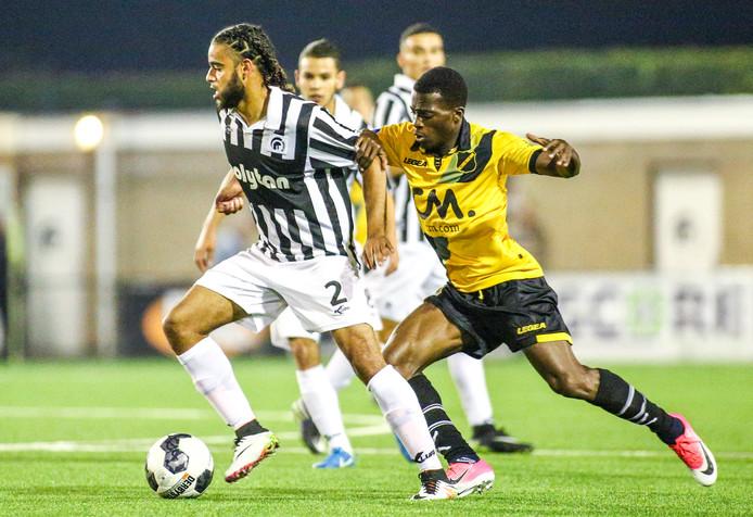 Shuremy Felomina in duel met NAC speler Thomas Ageyepong die later geblesseerd uitviel.