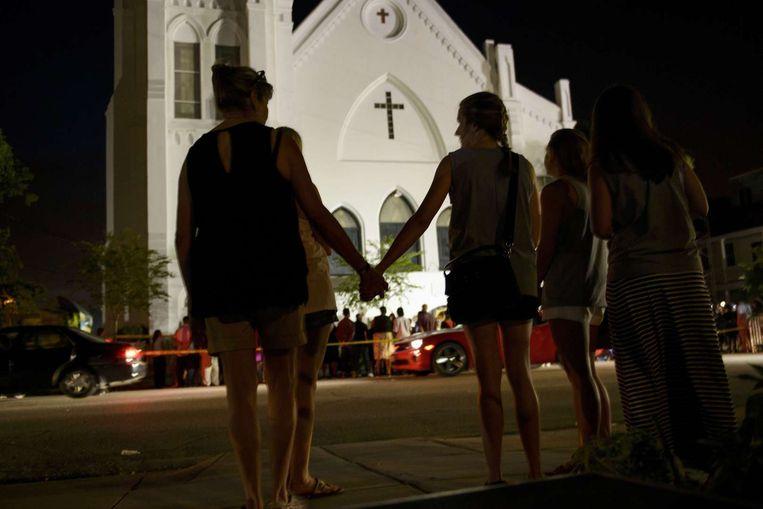 Nabestaanden rouwen op de slachtoffers van de schietpartij in de kerk van Charleston in South Carolina. Beeld AFP