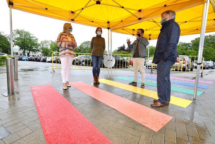 Het regenboogpad kleurt voortaan de inkom van de Truiense sporthal: een mooi beeld, maar vooral een duidelijk signaal.