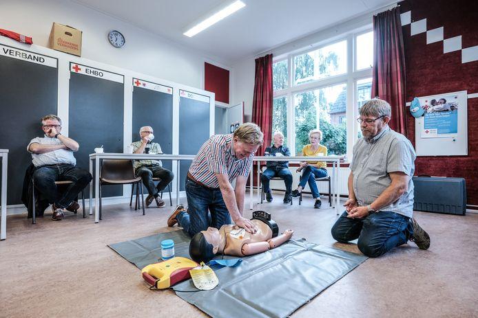 Johan Esendam (links) en René Garstenveld doen voor hoe je moet reanimeren.