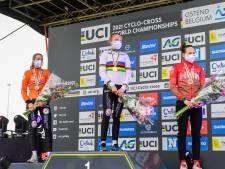 Van Empel (18) kersverse wereldkampioen veldrijden bij de beloften: 'De trui zit geweldig'