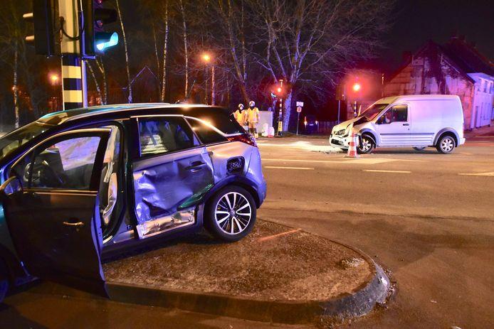 De Opel Mokka strandde net naast een verkeerslicht, na de botsing op het kruispunt van de Rijksweg met de Rozebeeksestraat in Lendelede.