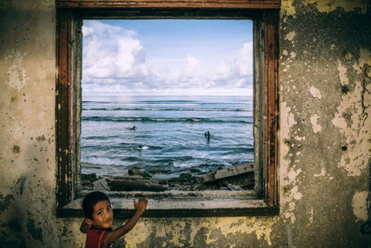 Een van de vele vervallen huizen op het atol Kwajalein. De Verenigde Staten hebben op Kwajalein een militaire basis gevestigd die als testplaats dient voor ballistische raketoefeningen. Beeld HH