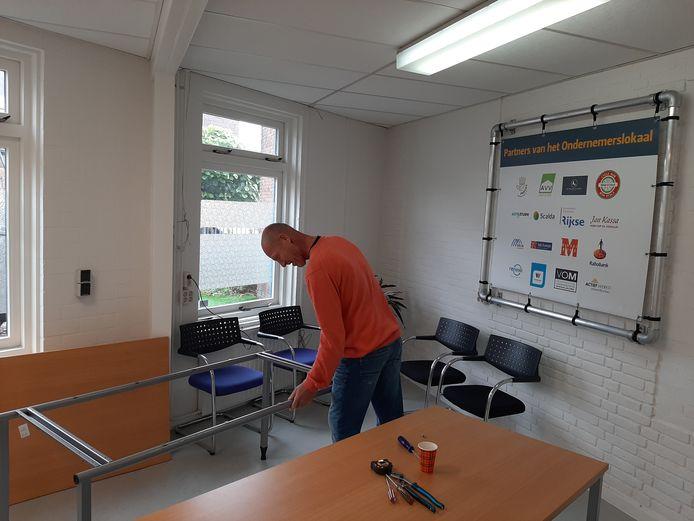 Jeffry Aalbersberg maakt het Ondernemerslokaal aan het Zusterplein in Middelburg klaar om er een tijdelijke expositieruimte voor jonge kunstenaars in te maken.