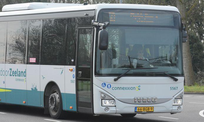 Vanaf maandag 2 november mogen passagiers weer via de voordeur in de bus stappen.