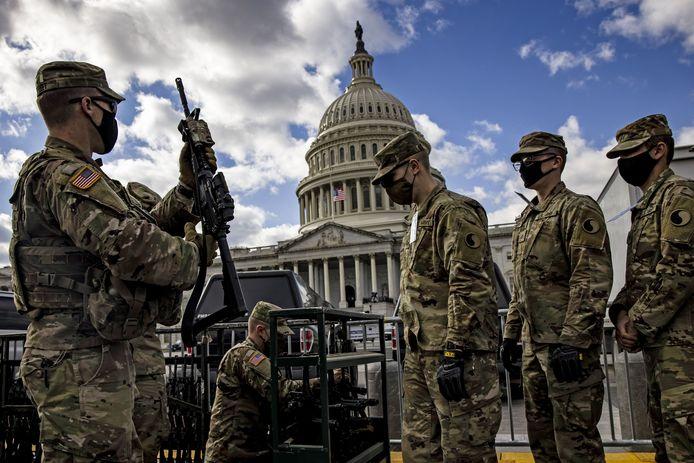 Militaires à tous les coins de rues, fils barbelés et imposants grillages... Joe Biden sera investi le 20 janvier dans une capitale méconnaissable, transformée en camp retranché après l'assaut meurtrier du Capitole.
