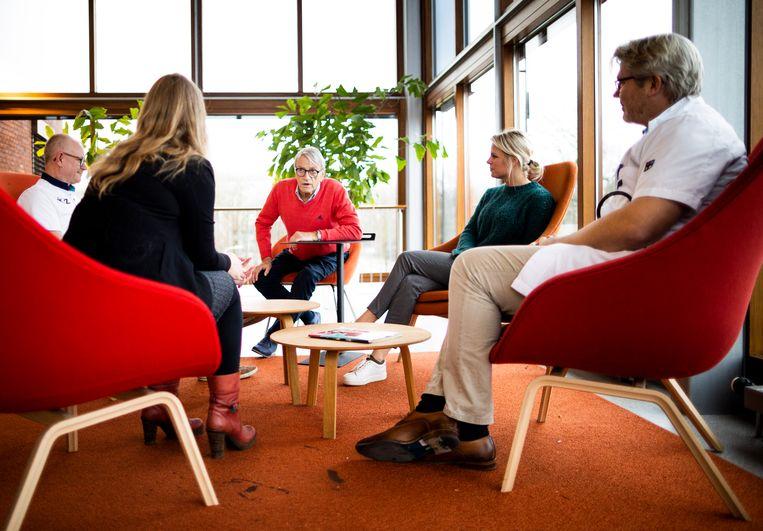Longkankerpatiënt Leo van der Vlis praat met zijn behandelaars in het ETZ in Tilburg over de voor- en nadelen van chemotherapie. Beeld Freek van den Bergh